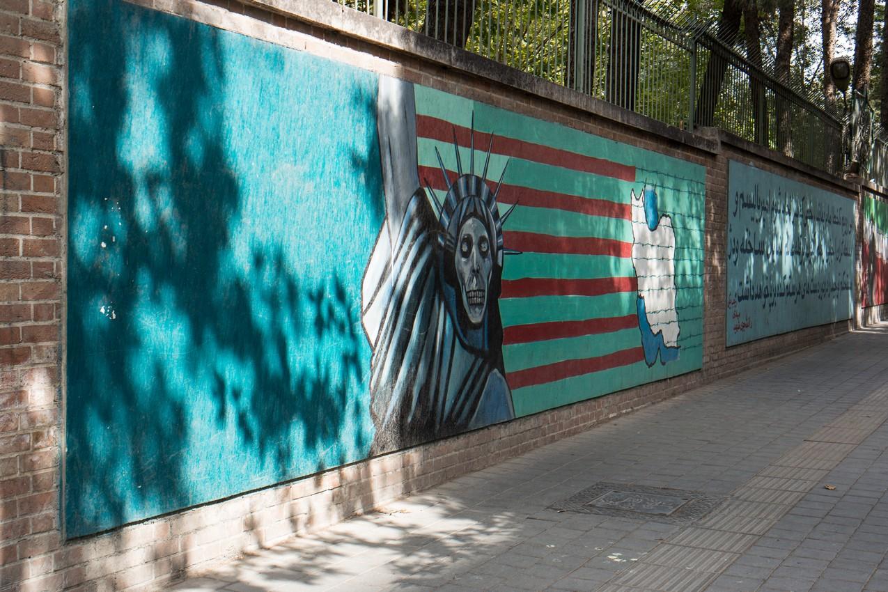 Mury byłej ambasady amerykańskiej w Teheranie